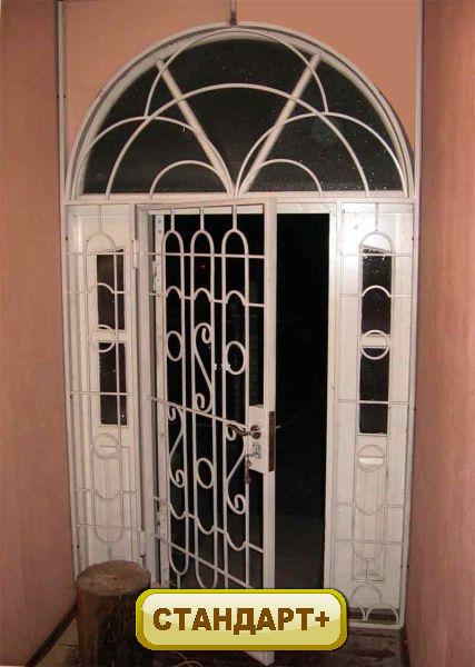 дешевые тамбурные металлические входные двери с решеткой